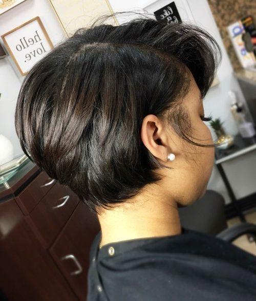 Große kurze Frisuren für schwarze Frauen