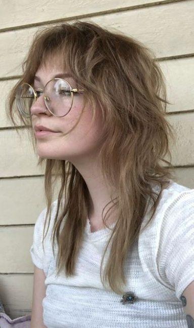 wartungsarmer, abgehackter, zotteliger, schulterlanger Haarschnitt
