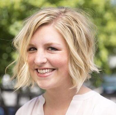 Kurze lockige Frisuren für quadratische Gesichter über 50