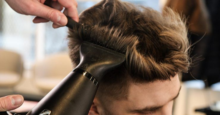 Föhnen Sie die Haare