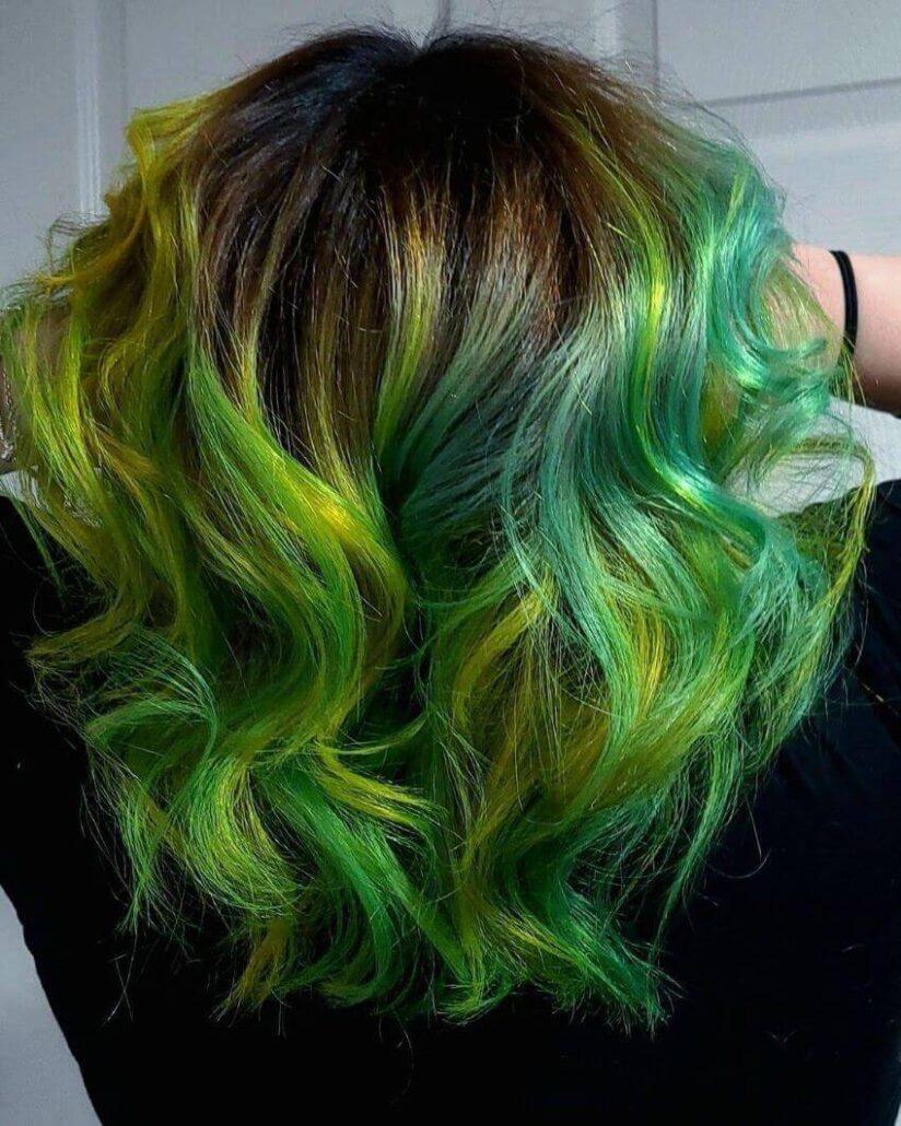Kurze gewellte Frisur mit grünen Tönen