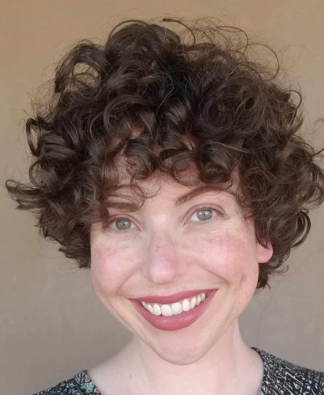 Beliebte kurze lockige Haarschnitte für Frauen 2020 »Frisurenmuster