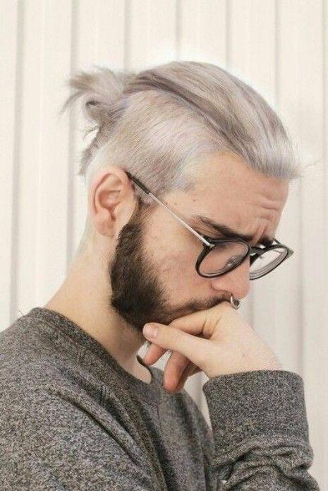 Ist das graue Haar für Männer der Trend, hier zu bleiben? | Silver Man Bun mit Undercut | Frisur auf den Punkt