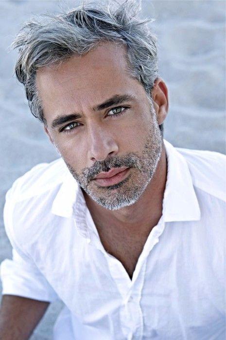 Ist das graue Haar für Männer der Trend, hier zu bleiben? | Salz und Pfeffer Haarfarbe | Frisur auf den Punkt