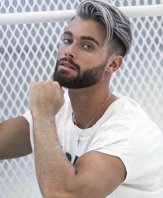 Ist das graue Haar für Männer der Trend, hier zu bleiben? | Silberhaar Combover | Frisur auf den Punkt