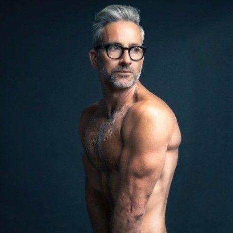 Ist das graue Haar für Männer der Trend, hier zu bleiben? | Silber Pompadour | Frisur auf den Punkt