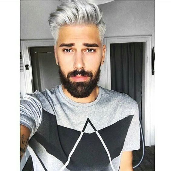 Ist das graue Haar für Männer der Trend, hier zu bleiben? | Silbernes Haar und dunkler Bart | Frisur auf den Punkt