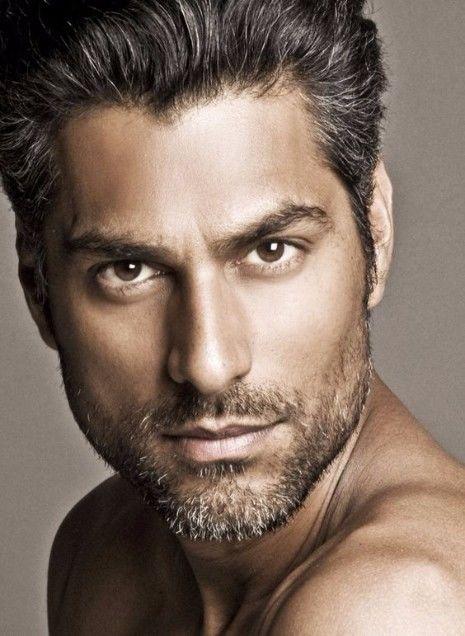 Ist das graue Haar für Männer der Trend, hier zu bleiben? | Drahtiges graues Haar | Frisur auf den Punkt