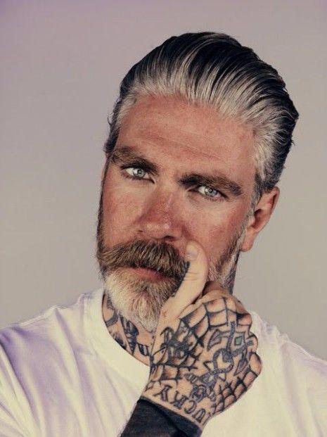 Ist das graue Haar für Männer der Trend, hier zu bleiben? | Mehrfarbiges silbernes Haar | Frisur auf den Punkt