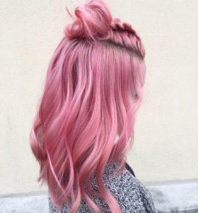 Erröten Sie rosa Haare mit Haarknoten