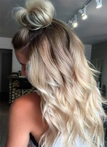 Half Top Knot und Beachy Blonde Waves