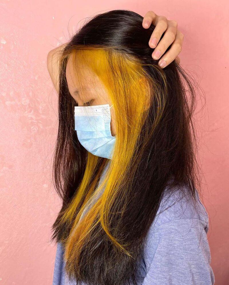 Schulterlanges Haar mit Peekaboo-Highlights