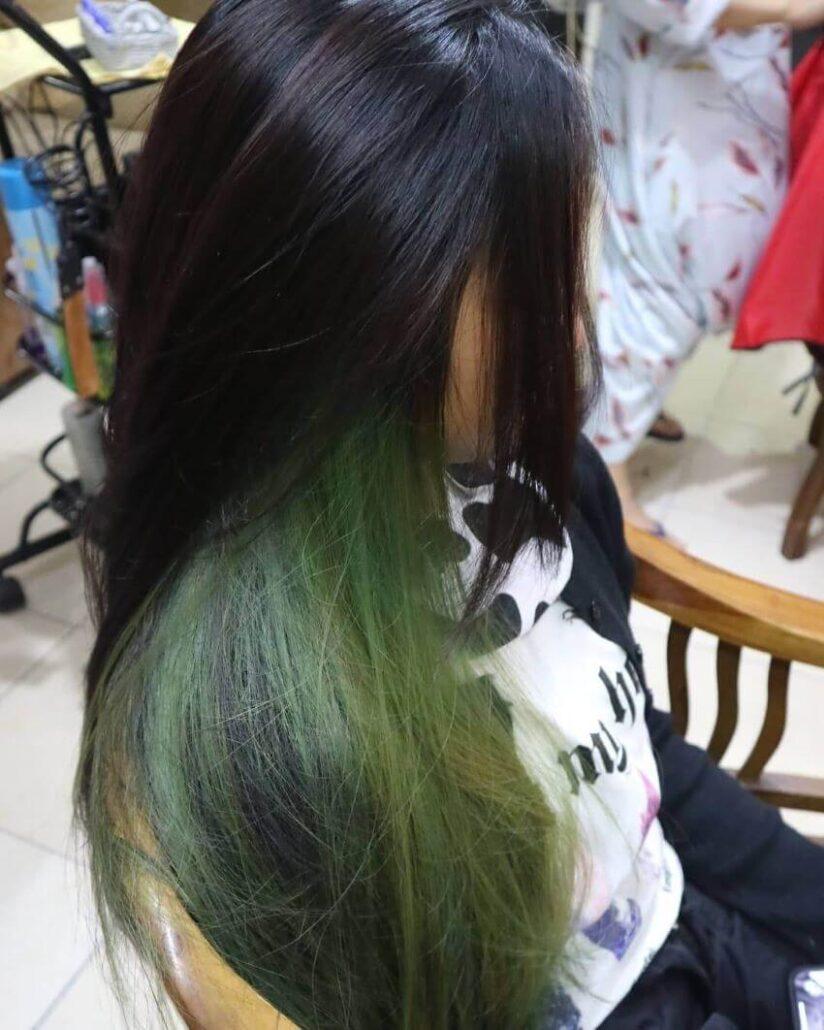 Coole Frisur mit smaragdgrünen Highlights