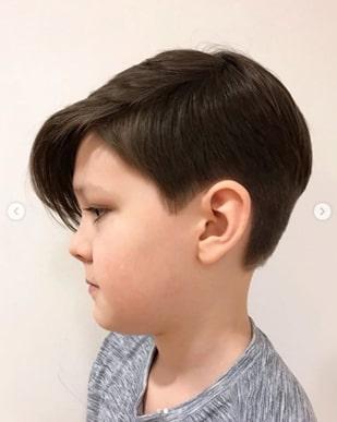 Lange Seite gefegte Frisur mit einem lässigen Seitenteil