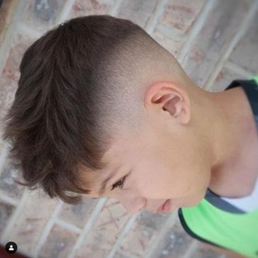 Lässige vorwärts gefegte Frisur mit hohem Verblassen