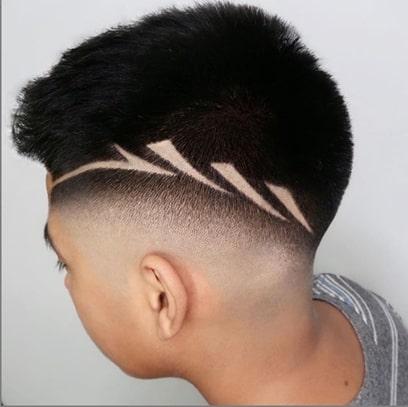 Vorwärts gekehrte Frisur mit chirurgischem Design und verblassen