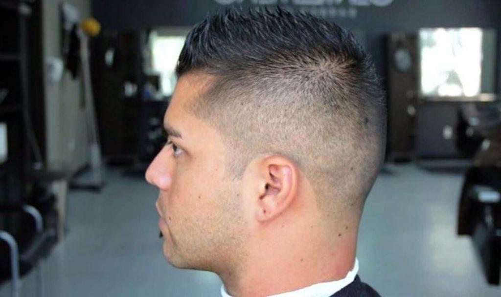 High Fade mit kurzem Haarschnitt - Herrenfrisuren 2021