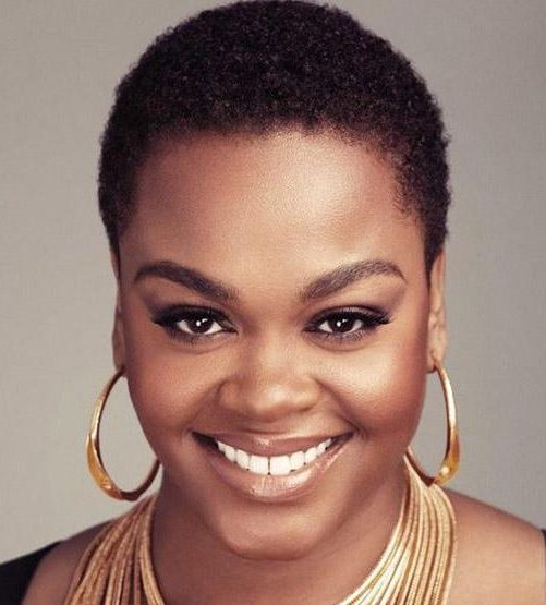 Ovales Gesicht kurze natürliche Frisuren für ältere schwarze Frau