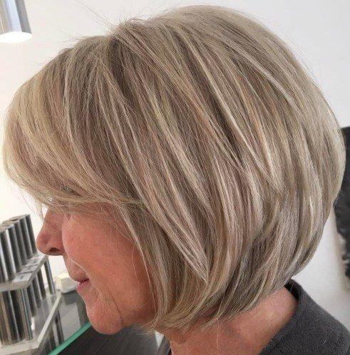 Kinnlange geschichtete Bob-Frisuren für über 60