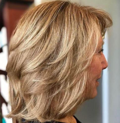 Geschichteter Haarschnitt für über 60