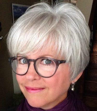 Kurze Frisuren für feines Haar über 60 mit Brille