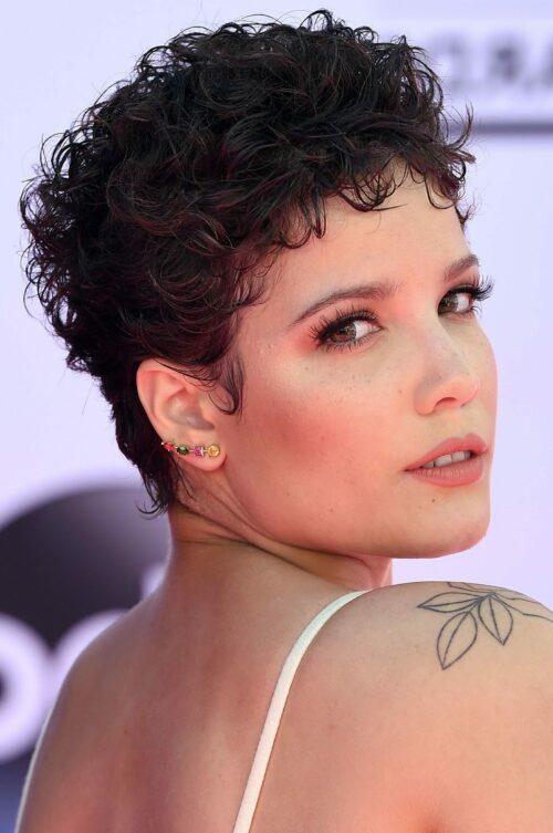 Curly Short Pixie Haircuts für Frauen in den Jahren 2021-2022