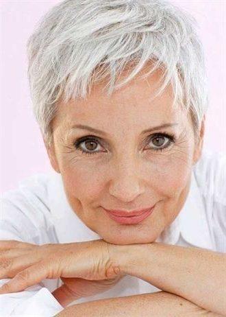 Feine Haare Pixie Haarschnitte für Frauen über 60