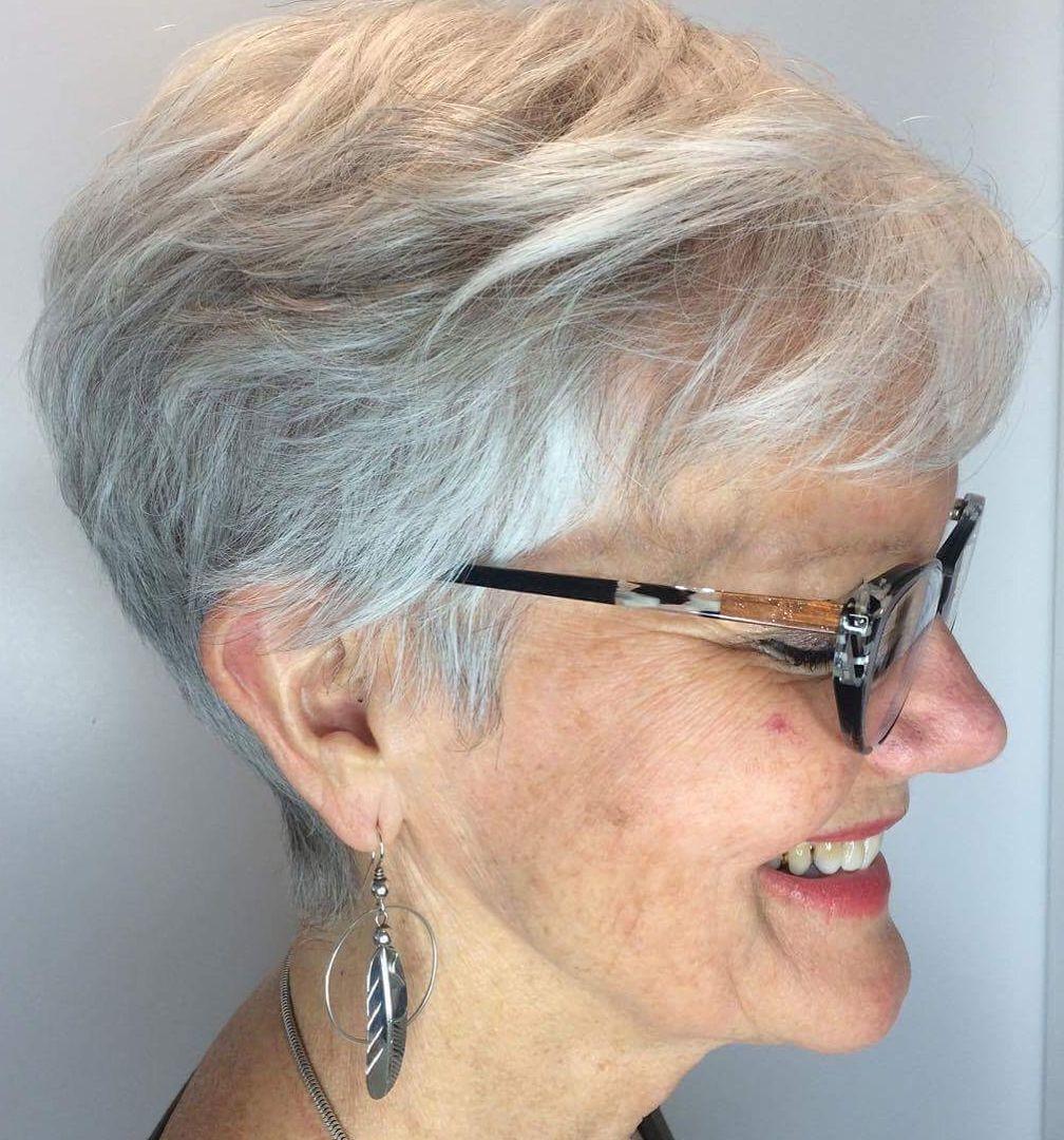 graue Kurzhaarfrisuren für über 70 mit Brille