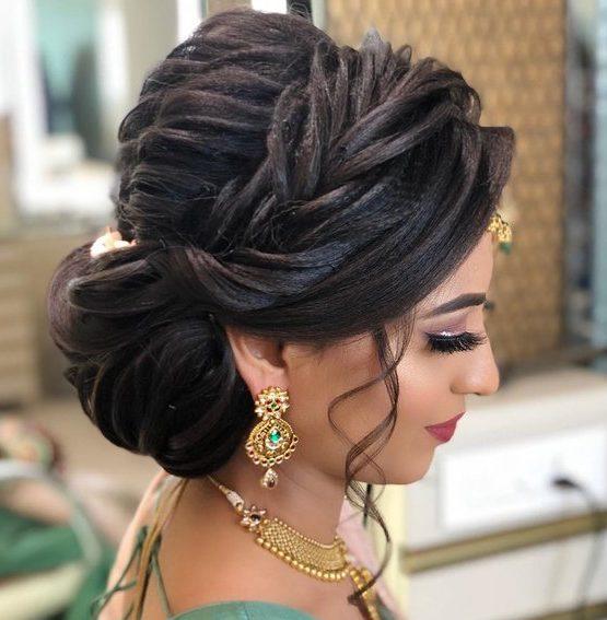 Seitenbrötchenfrisur für indische Hochzeit