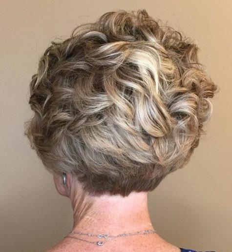 Kurzhaarfrisuren für lockiges Haar für Frauen über 50