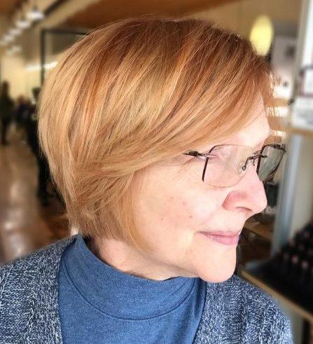 Kurze Frisuren für über 50 mit Brille
