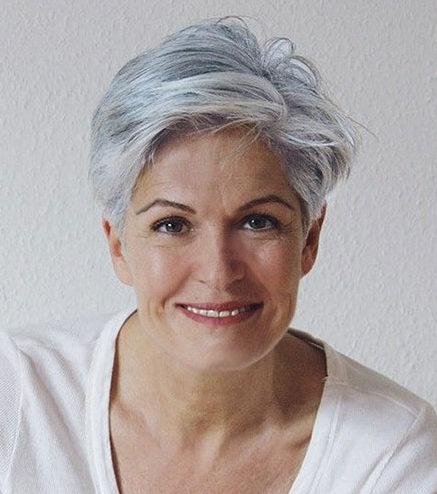 Graue Kurzhaarfrisuren für Frauen über 50