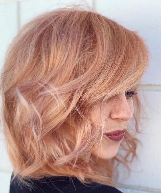 hebt erdbeerblonde kurze Haarfarbe hervor