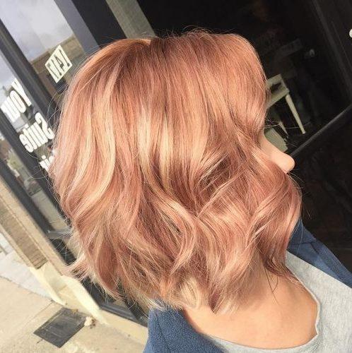 hebt erdbeerblondes kurzes Haar hervor
