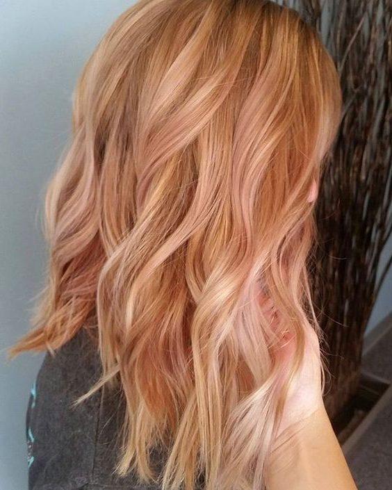 glattes kurzes erdbeerblondes Haar