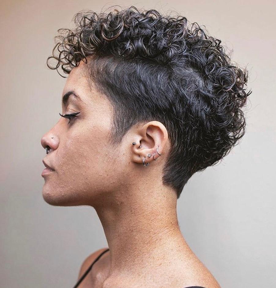 Kurze hinterschnittene Frisur für lockiges Haar