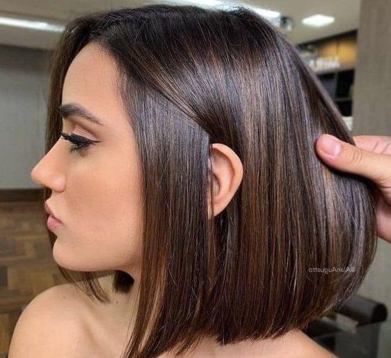 schulterlanges kurzes braunes Haar