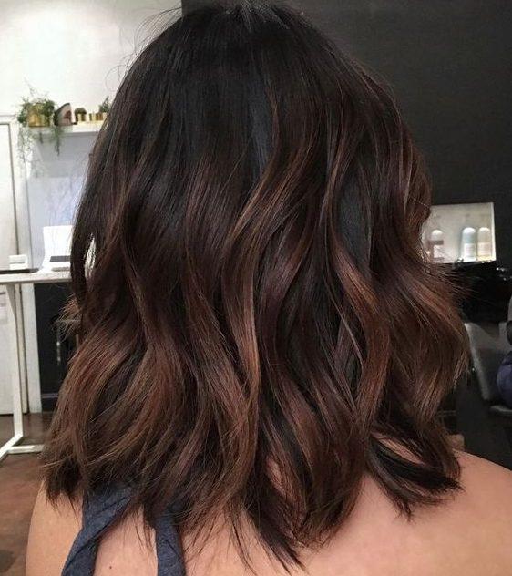 dunkelbraune Haarfarbe für kurzes Haar
