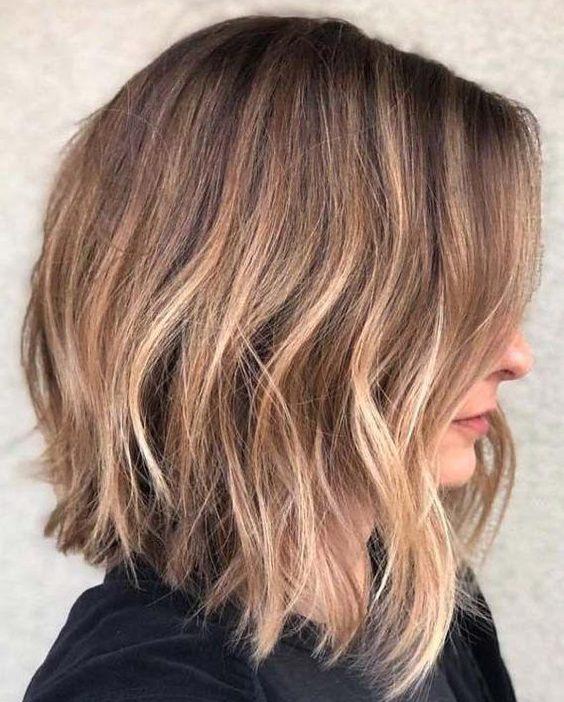 abgewinkelter langer Bob-Haarschnitt