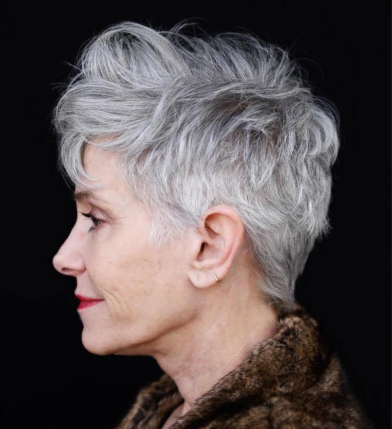 Kurze Frisuren der alten Frau