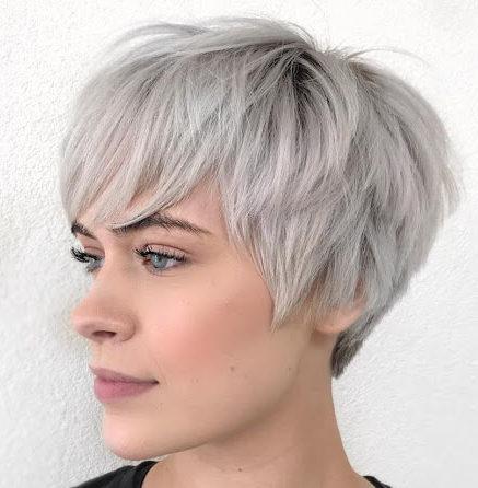 Wartungsarme Kurzhaarfrisuren für graues Haar