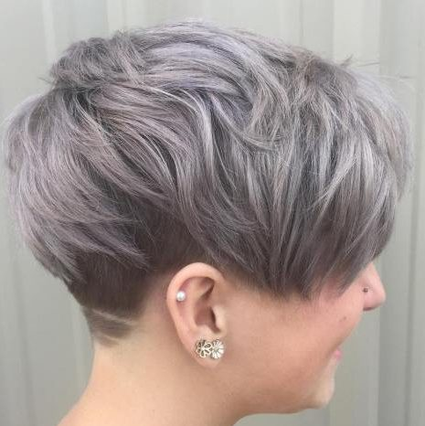 Rundes Gesicht kurze graue Frisuren