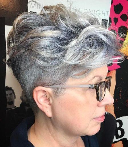 Kurze Frisuren für graues Haar und Brille