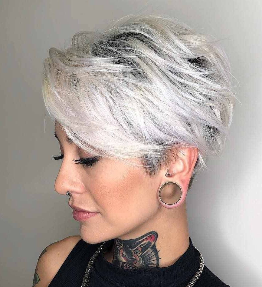 Pixie Haarschnitt kurzes graues Haar