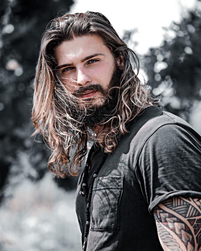 Chaotisch langes Haar für Männer