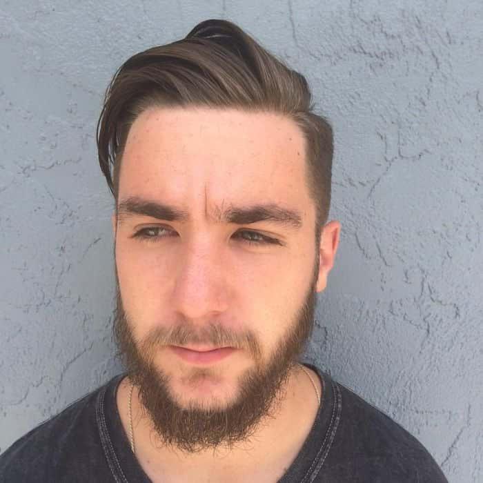 Hinterschnitt mit Bart und seitlich gekehrtem Oberteil