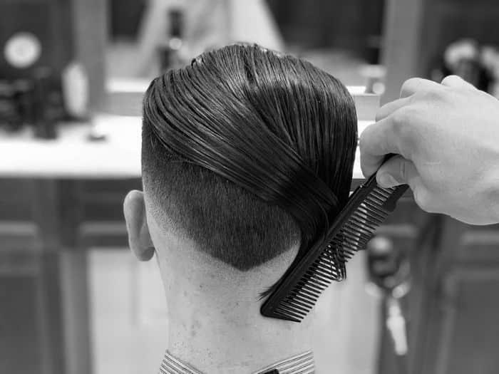 So trainieren Sie Ihr Haar, um es nach hinten zu streichen 1