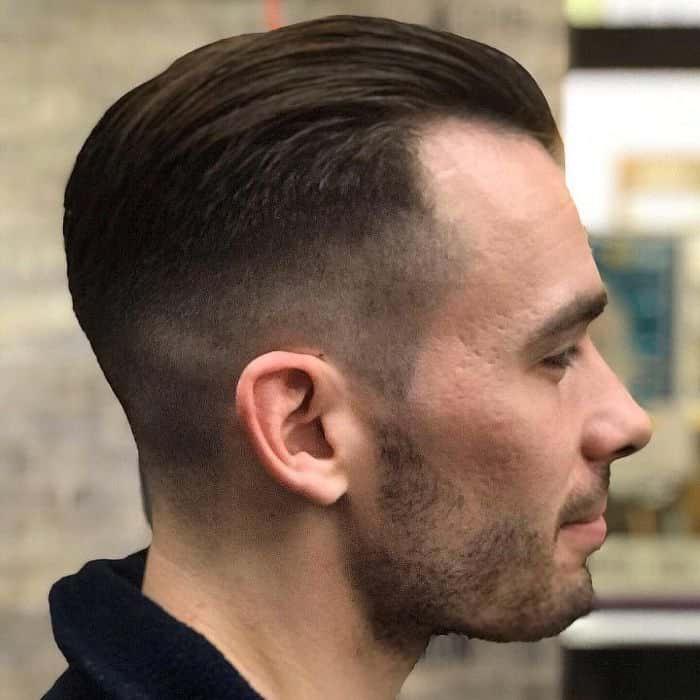 Wie man kurzes Haar nach hinten kämmt