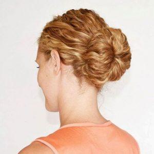 rotes lockiges Haarknoten