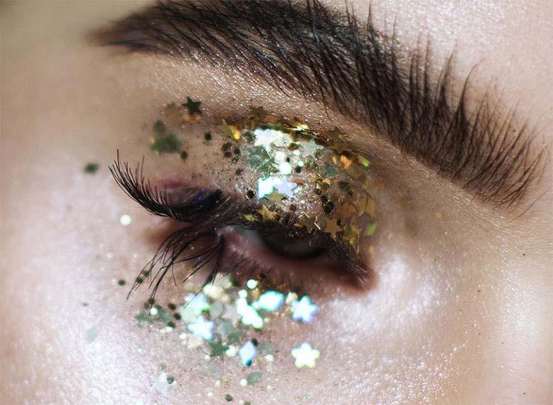 So entfernen Sie Glitter Eye Makeup / Glitter Eyeshadow